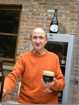 Vincent Dylewyns met zijn roodbruin kerstbier