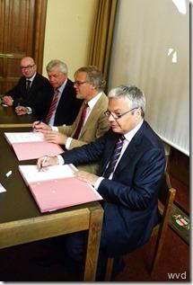Ondertekening van de contracten voor de bouw der twee gevangenissen
