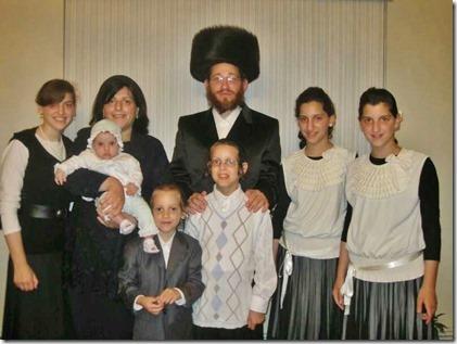 Moshe Friedman met echtgenote Lea Rosenzweig en zes van hun kinderen