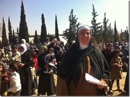 Agnes Mariam - Met vluchtelingen uit Moadamiya - November 2013
