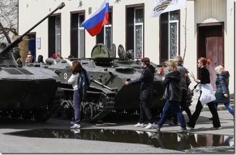 Oekraïens leger - Pantservoertuigen met Russische vlag in Slaviansk - 16 april 2014