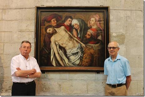 Deken Paul De Baere (links) en Pieter Ost, voorzitter kerkfabriek met schilderij Hans Memling
