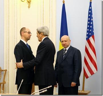 John Kerry met Arseni Jatsenjoek premier van Oekraïne en de Oekraïense president Oleksandr Toersjinov