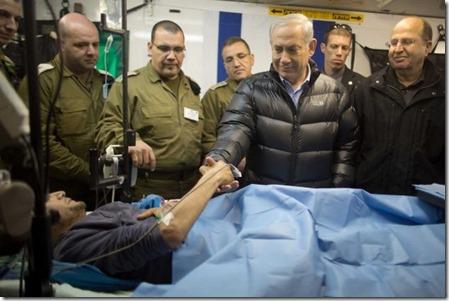 Benjamin Netanyahu met gewonde Syriër in Israëlisch militair hospitaal - 19-02-2014