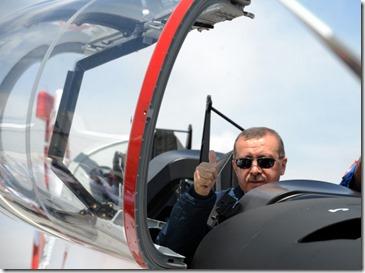 Recep Tayyip Erdogan - 3 - Met gevechtsvliegtuig