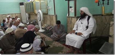 Turki al Binali, predikant uit Bahrain, geeft koranles in Mosul