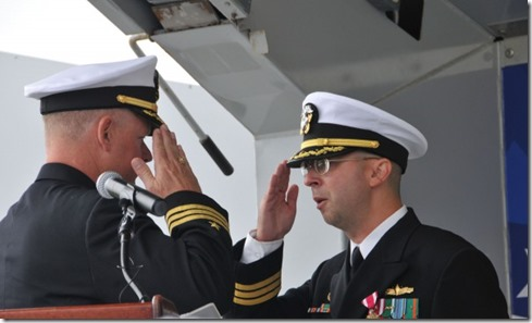 Commandant Charles Hampton (links) en Scott Jones - USS Donald Cook