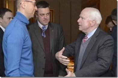 Arsenik Jatsenjoek (links), Oleh Tyahnybok en Amerikaanse senator John McCain (rechts)