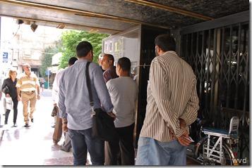 Rijtje schuiven bij geldautomaat Maysalounstraat, Damascus