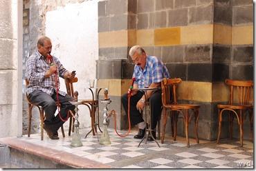 Mannen op caféterras in de soek van Damascus