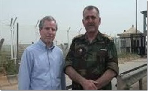 Robert Ford met kolonel Abdul Jabbar al Akidi