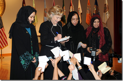 Hillary Clinton met Huma Abedin en Saleha Mahmood Abedin in Dheddah, Saoedi-Arabië