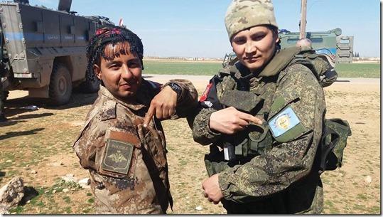 Russische soldaat wisselt een embleem van de Manbij Militaire Raad - 9 maart 2017