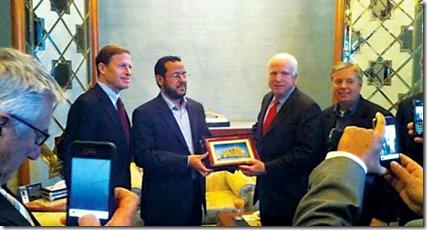 John McCain en Abdel Hakim Belhaj, oprichter van de Libische Islamitische Strijdersgroep, al Qaeda