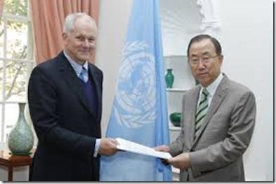 Ake Sellstrom met Ban Ki-moon - Overhandigen rapport Vn-missie gifgasaanvallen Syrië - 2013
