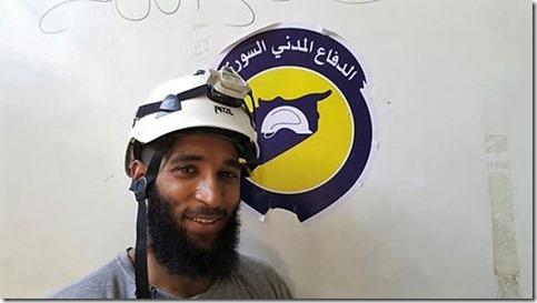 Witte Helmen - Tauqir Sharif (Derde van links) posting Facebook