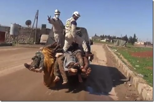 Witte helmen - Vervoeren gedode soldaten met V teken