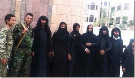 Al Qaeda terroristen verkleed cals vrouw - opgepakt in Sanaa - Juli 2015