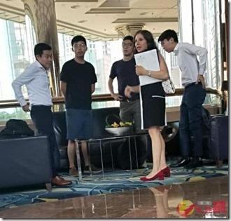 Joshua Wong en Nathan Law met diplomaten VS Julie Eadeh in JW Marriot - 8 augustus 2019