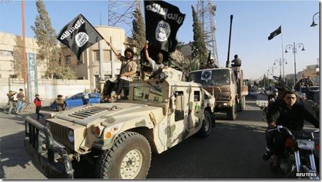 ISIS - parade met vlaggen en jeeps