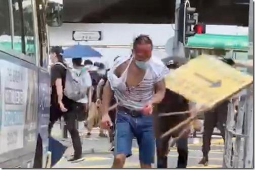 Advocaat Chan Tze-chin aangevallen door betogers - Zondag 24 mei 2019