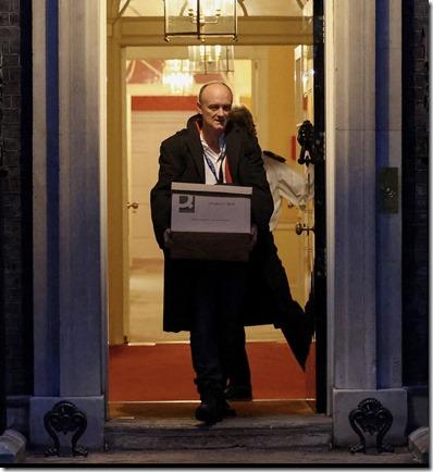 Verlaat Downing Street 10 met doos